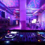 De machinekamer ingericht voor een dancefeest